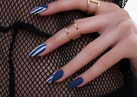 Μπλε μανικιούρ: εντυπωσιακά σχέδια για να πάρεις ιδέες - The Cover