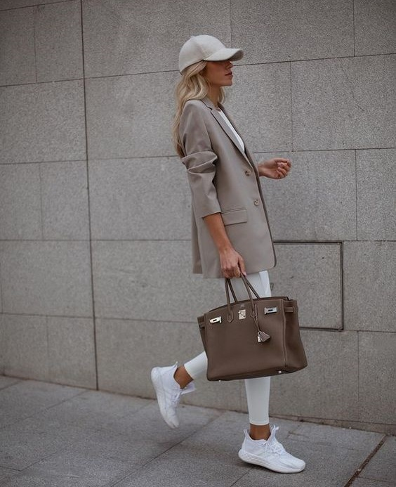 Casual chic με sneakers - The Cover